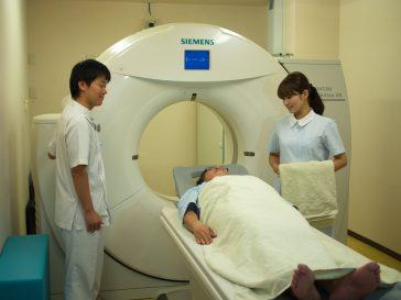 MRI前の技師と看護師